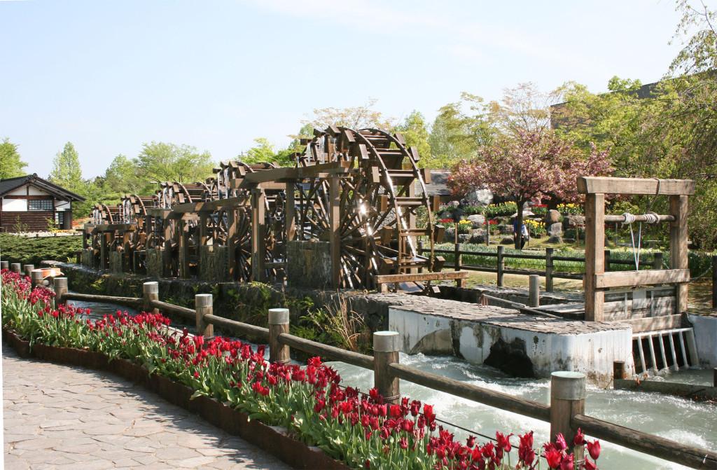砺波チューリップ公園 ステンレス製水車