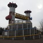 巨塔がそびえる鋼製複合遊具