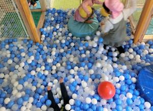 ボールプールを満喫するスケキヨ